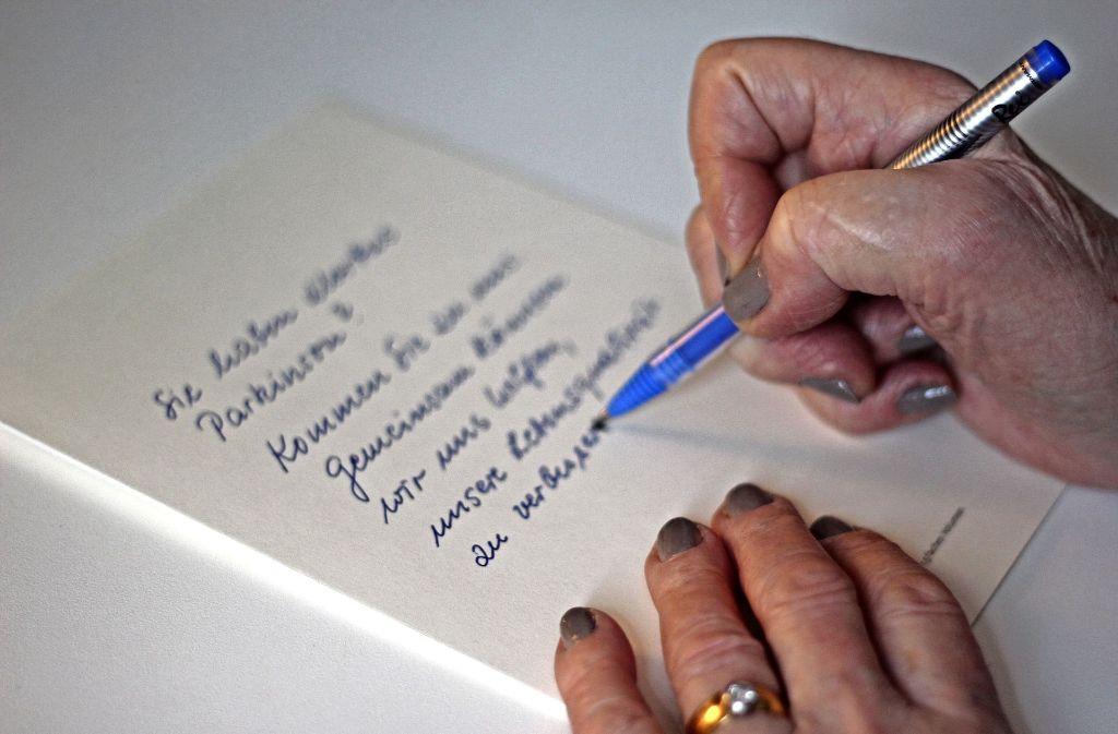 Bei manchen Betroffen wird die Handschrift immer kleiner. Bei anderen zittern die Hände. Foto: Lisa Reiff