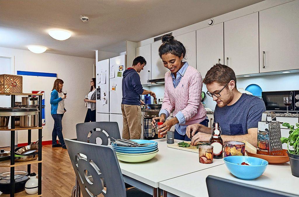 Das gemeinsame Kochen in der Wohnheim-Küche ist ein wichtiger Bestandteil des Studentenlebens – und schafft Gemeinschaftserlebnisse. Foto: Studierendenwerk Stuttgart/Christoph Düpper