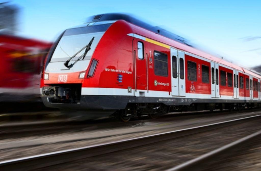 Im Betriebswerk Plochingen stehen zwei S-Bahnen des Typs ET 430. Noch hat das  Eisenbahnbundesamt keine Zulassung für den Linienverkehr erteilt. Foto: Horst Rudel