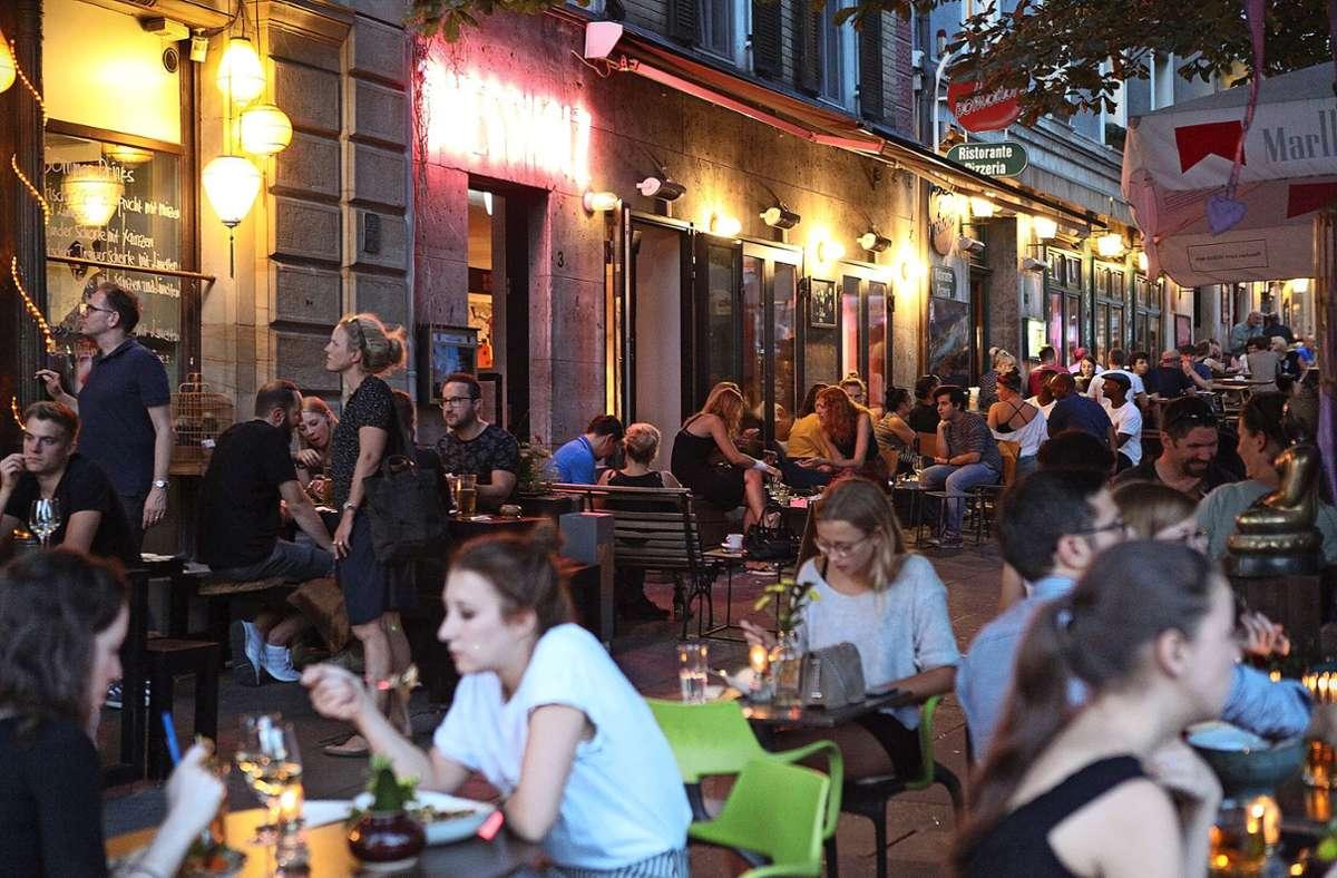 Bilder von vollen Tischen vor Lokalen  wie hier am Wilhelmsplatz erwecken Sehnsucht nach Geselligkeit. Manche Gastronomen besorgen sich schon Genehmigungen für etwaige Öffnungen. Foto: /Jan Reich