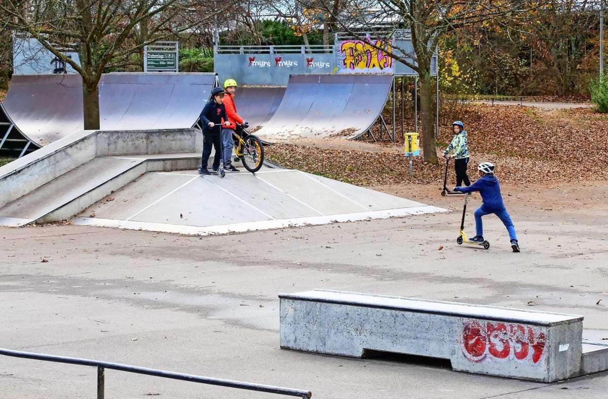 Bei regnerischem Wetter werden die Corona-Regeln  auf der Skateranlage in Sindelfingen locker eingehalten. Foto: factum/Simon Granville