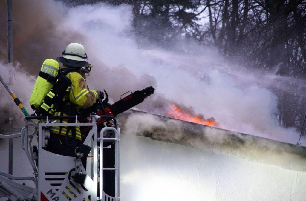 Als die Rettungskräfte eintrafen, schlugen die Flammen schon aus dem Dach. Foto: SDMG
