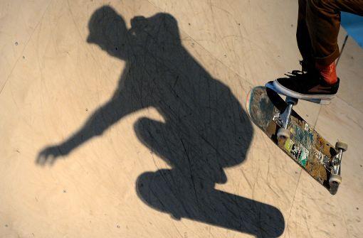Skateboard-Fahrer prallt gegen Auto