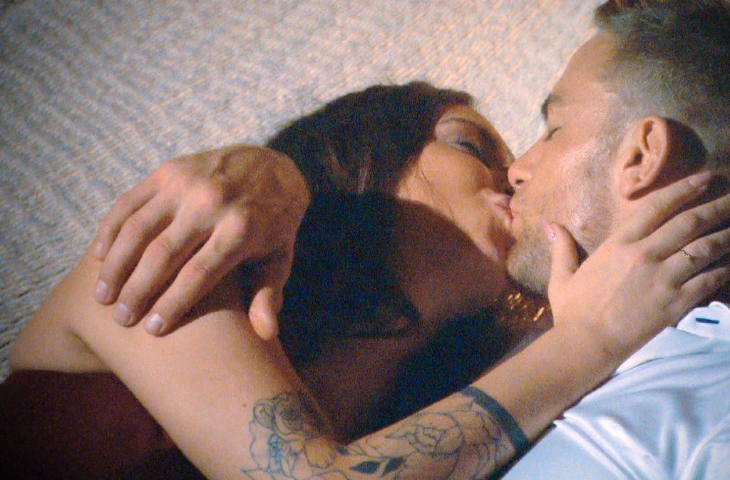 Nach einem gemeinsamen Abendessen kommt es zwischen Bachelor Sebastian und Jenny Jasmin zum ersten Kuss. Foto: TVNOW