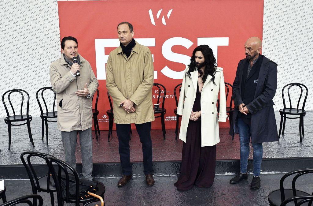 Festwochenintendant Tomas Zierhofer-Kin (rechts) mit ORF-Kulturchef Martin Traxl, Andreas Mailath-Pokorny und Conchita Wurst am Dienstag bei einem Pressegespräch zur Eröffnung der Wiener Festwochen Foto: dpa