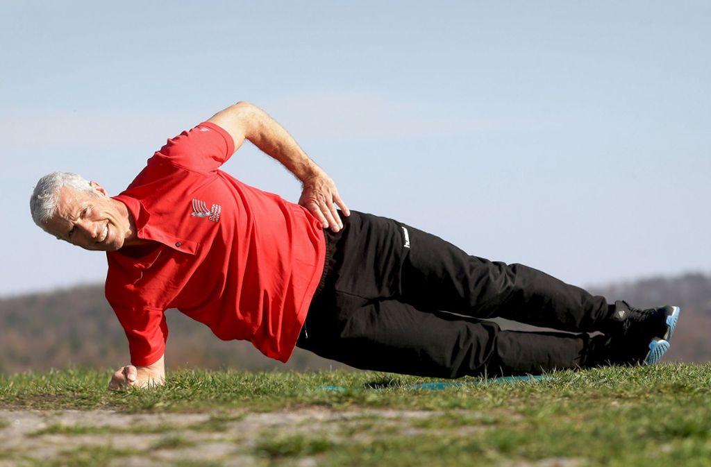 Ausgangsposition: Dieter Bubeck   nimmt auf dem angewinkelten  rechten   Arm die Seitenlage ein. Foto: Baumann
