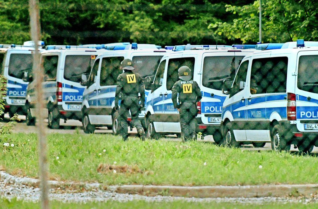 Ausnahmezustand in Ellwangen: bei einer Großrazzia Anfang Mai kontrollieren die Beamten 290 Flüchtlinge in der Landeserstaufnahmeeinrichtung. Foto: dpa