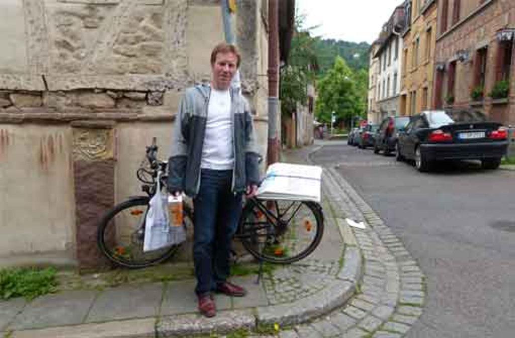 Mit seinem Fahrrad sammelt Stadtist Ralph Schertlen die Plakate am Straßenrand ein. Foto: Eva Tilgner