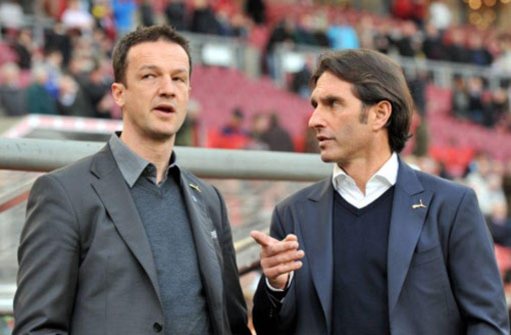 VfB-Trainer Bruno Labbadia (rechts) und Sportdirektor Fredi Bobic plagen vor dem Sonntagsspiel gegen den FC Augsburg Verletzungssorgen. Foto: dpa