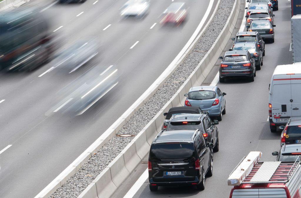 Ein Unfall sorgte für die Sperrung eines Fahrstreifens auf der A8 (Symbolbild). Foto: dpa