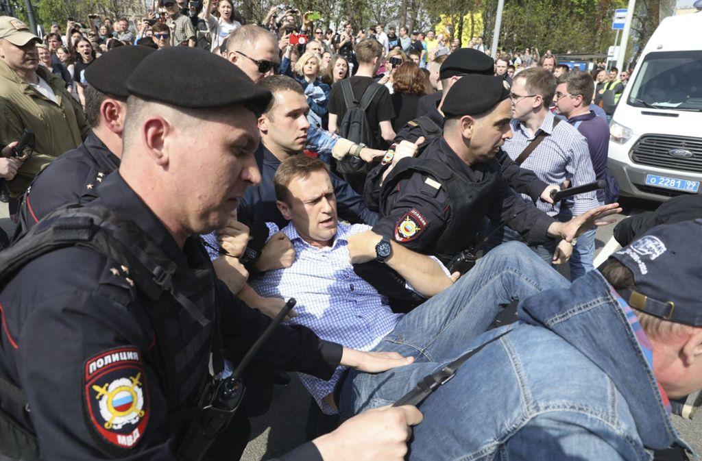 Russische Polizisten tragen den Oppositionspolitiker Alexej Nawalny bei einer Demonstration gegen Präsident Putin auf dem Puschkin Platz in der russischen Hauptstadt. Foto: AP