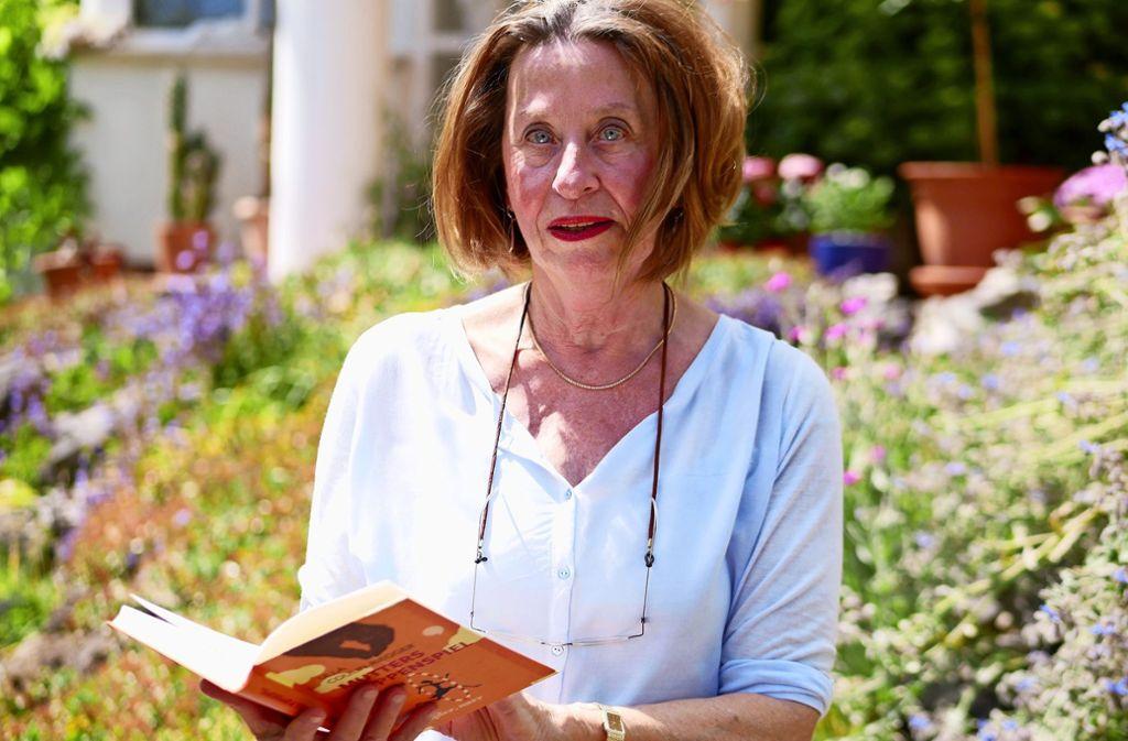 """Dass auch eine 38-jährige Ärztin noch nach der Anerkennung der Mutter strebt, schildert Ulla Coulin-Riegger in ihrem Roman """"Mutters Puppenspiel"""". Foto: Eileen Breuer"""
