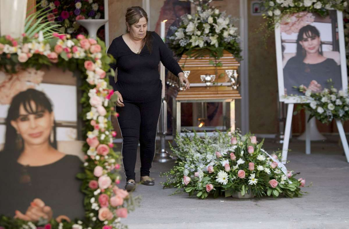 Eine Frau bei der Totenwache für die ermordete Bürgermeister-Kandidatin Alma Barragán. Foto: dpa/Armando Solis