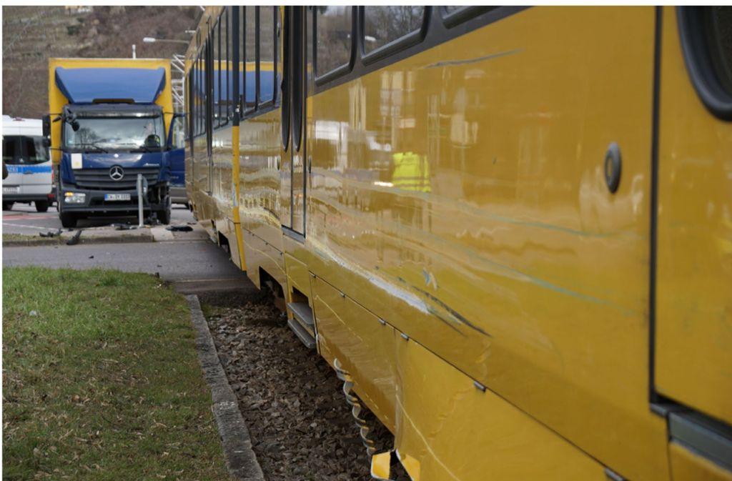 Ein Lastwagen ist mit einer Stadtbahn der Linie U14 zusammengestoßen. Foto: SDMG