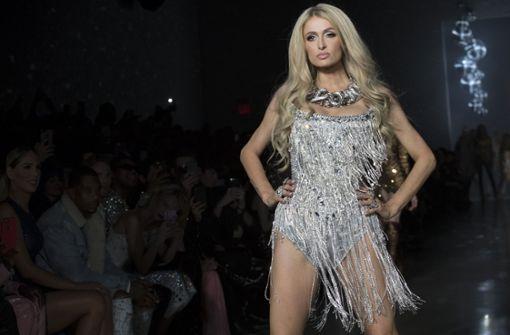Paris Hilton erobert den Laufsteg