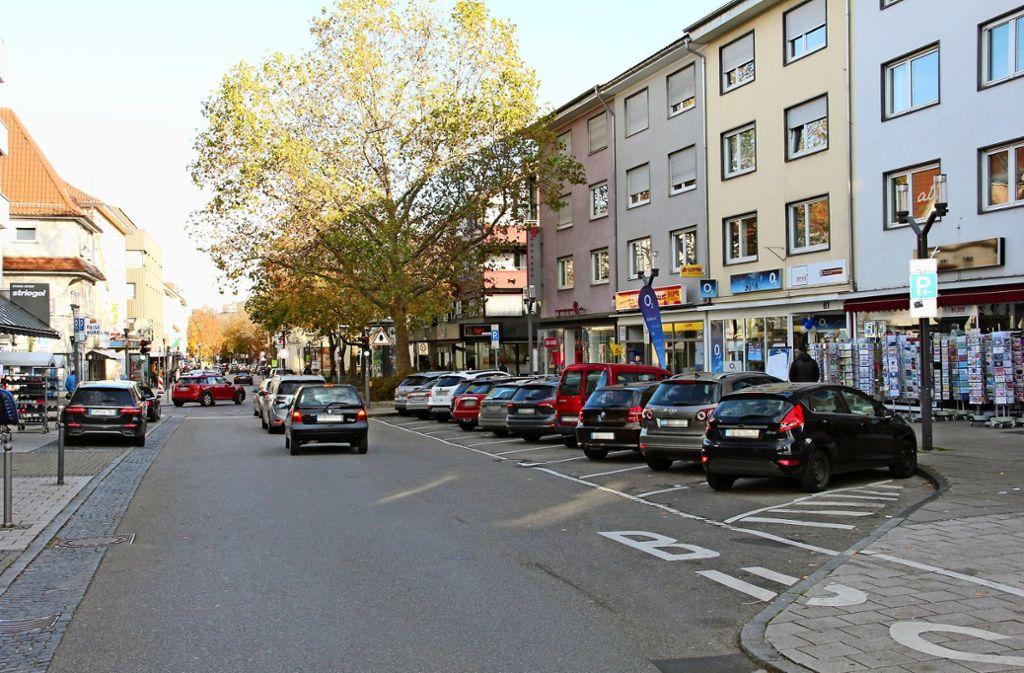 Die Parkplätze auf der Stuttgarter Straße sind beliebt. Doch der Gemeinderat möchte mehrheitlich auf einige Stellflächen verzichten. Foto: Torsten Ströbele