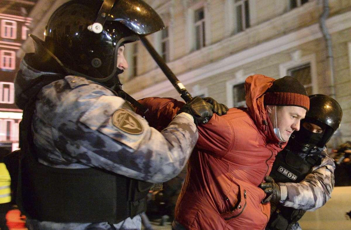 Menschenrechtler sprachen von insgesamt fast 1400 Festnahmen. Foto: dpa/Denis Kaminev