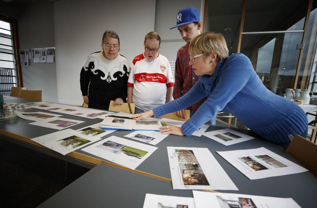 Die Gruppe  sichtet das Material, das ins  Buch  kommen soll. Foto: Gottfried Stoppel