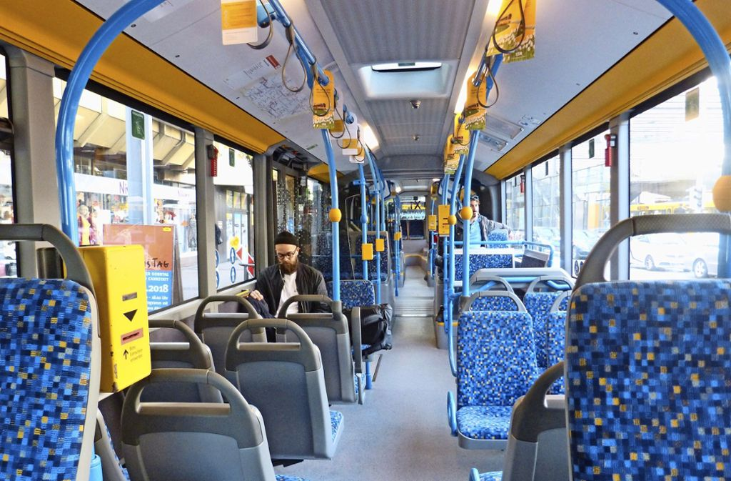Trauriger Alltag: Mit gerade mal zwei Fahrgästen an Bord macht sich morgens  um 9 Uhr ein Expressbus auf den Weg in die Stuttgarter Innenstadt. Foto: Uli Nagel