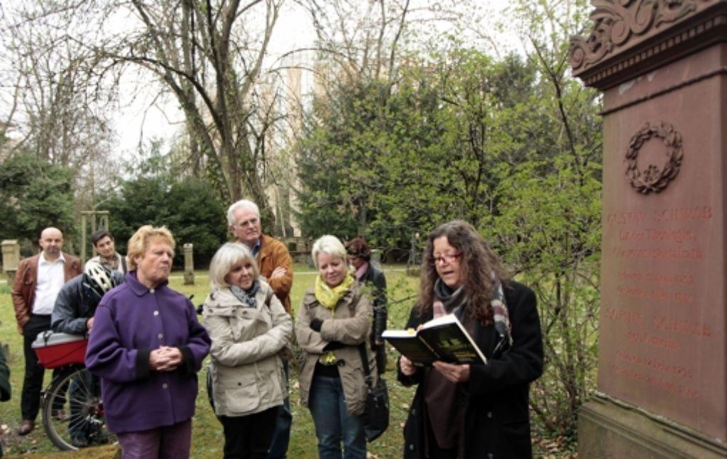 Stefanie Wider-Groth liest auf dem Hoppenlaufriedhof. Foto: factum/Weise