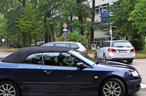 Autos schrammen knapp an Schülern vorbei