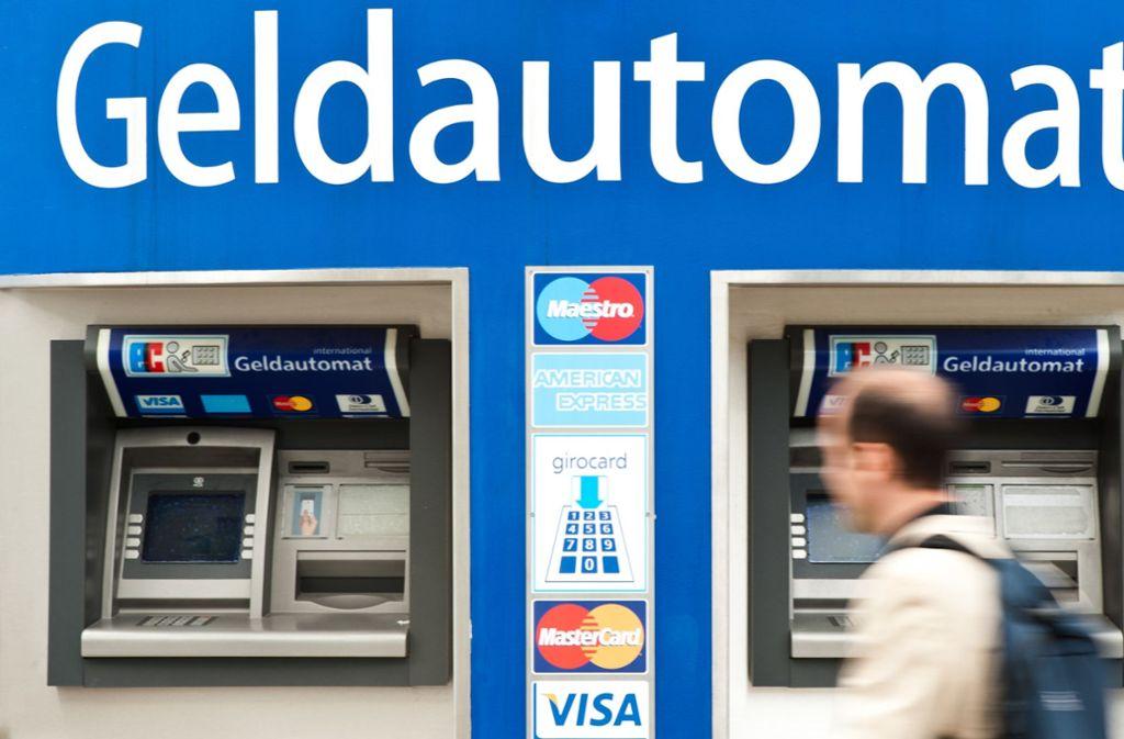Ein Ärgernis für ältere Bankkunden: Viele Filialen werden geschlossen. Zurück bleibt meist nur ein Geldautomat. Foto: dpa