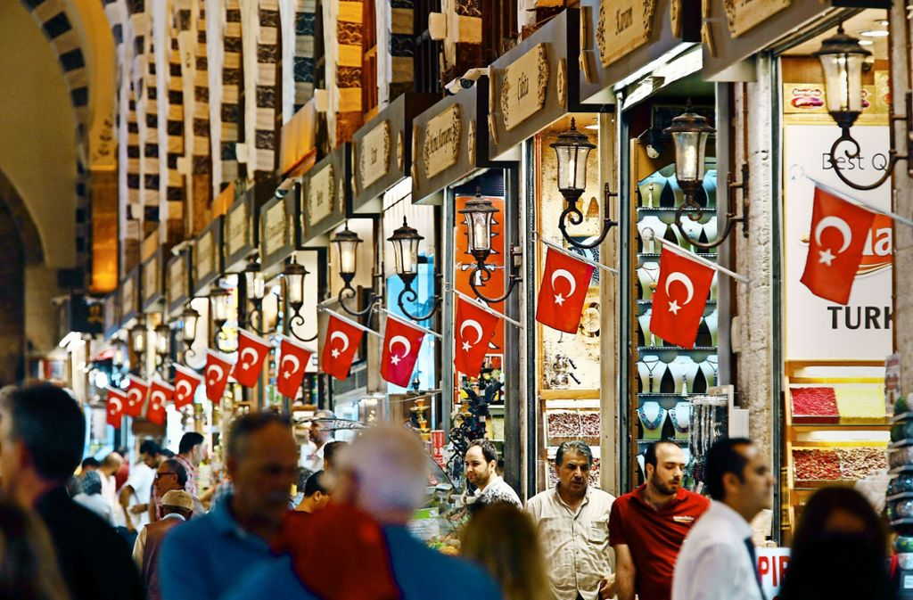 Auf den Märkten in der Türkei, wie hier in Istanbul, herrscht reger Andrang. Angesichts des Kursverfalls der Lira macht sich unter den Türken  zunehmend Unsicherheit breit. Foto: AP