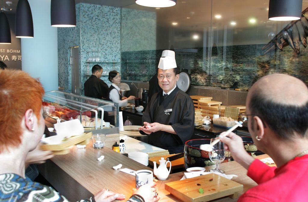 Wer Sushi noch nie probiert hat, sollte  das Sushi-Ya ansteuern. Wem die Häppchen in der Sushibar im Feinkost Böhm nicht schmecken, der wird sie sicher nirgends mögen. Ob Tunfisch, Oktopus oder Seeigel: Von der Kühltheke aufs Holzbrettchen ist es hier nicht weit. Die Sushimeister bereiten alles frisch zu. Flink werden glänzender Reis, Algenblätter und  Zutaten wie Gemüsestücke und Kaviar zu kleinen, köstlichen Kunstwerken gerollt und gedrückt. (Sushi-Yaim Feinkost Böhm, Kronprinzstraße 6, 70173 Stuttgart, Telefon 0711/2275629)  Foto: Archiv