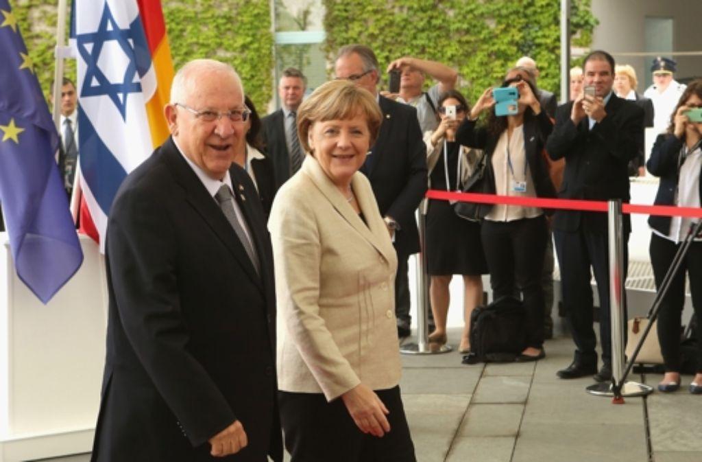 Jubiläumsbesuch in Berlin: Israels Präsident Reuven Rivlin mit Bundeskanzlerin Angela Merkel Foto: AFP