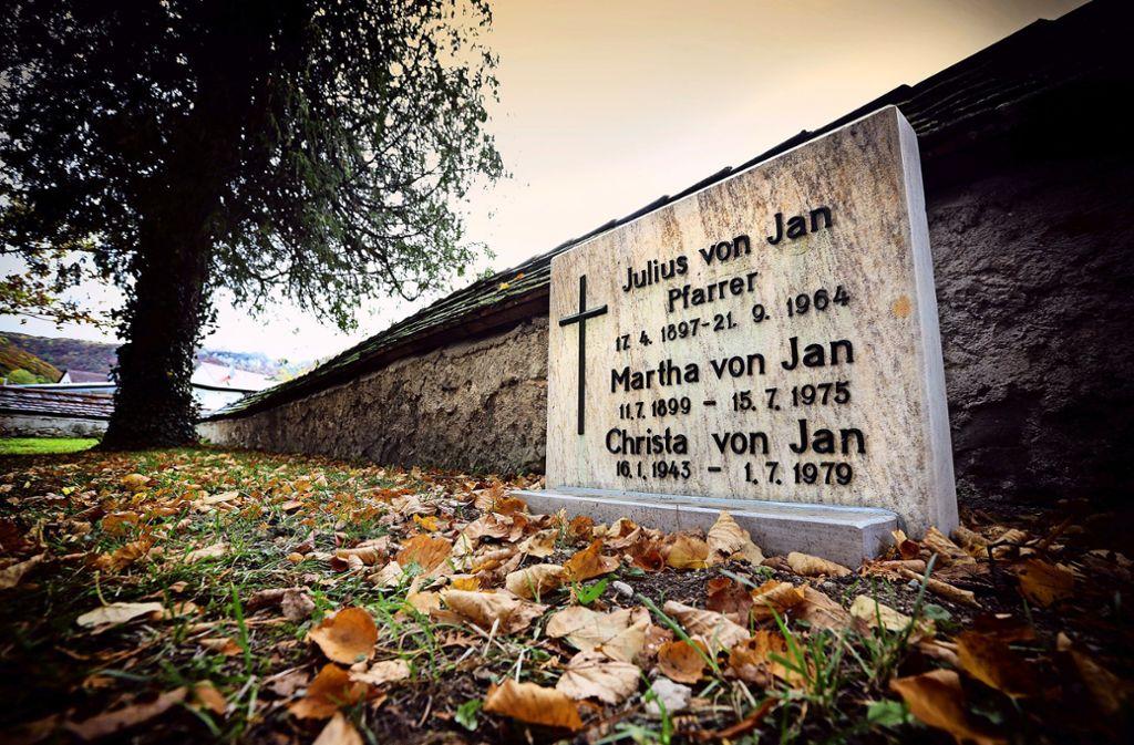 Der Grabstein Julius von Jans ist schon in den Oberlenninger Kirchgarten verlegt. Am Sonntag wird dort seiner gedacht. Foto: