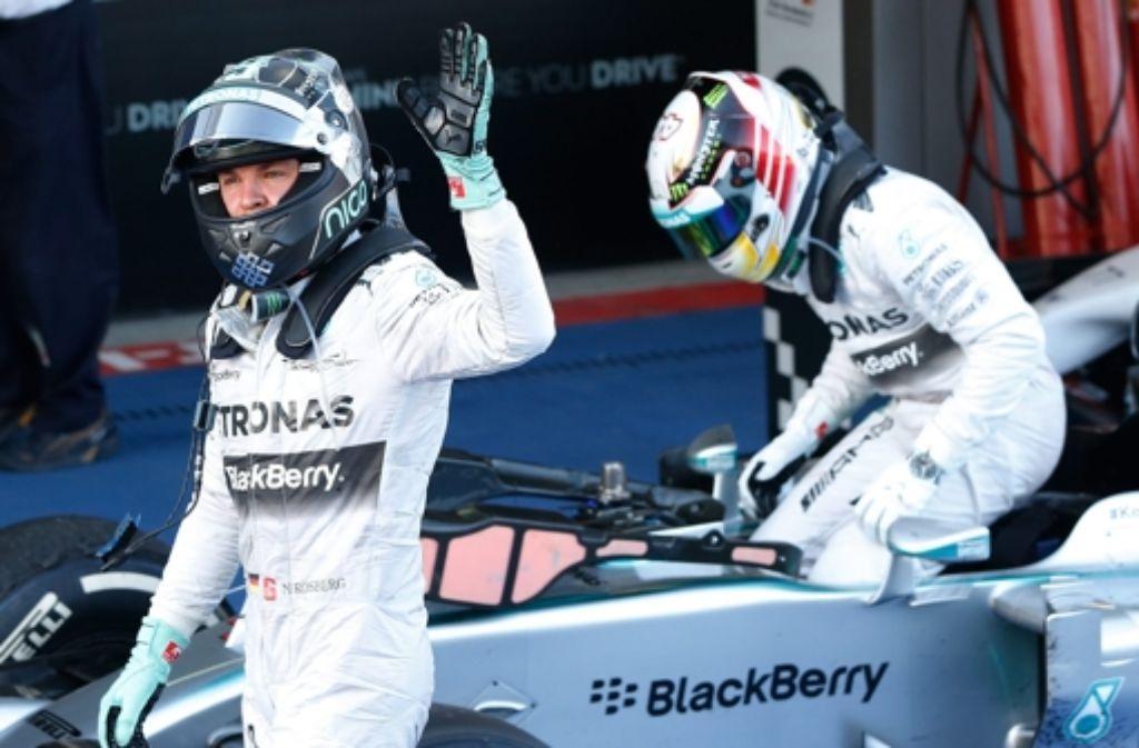 """Vor dem Großen Preis der USA in Austin hat Nico Rosbergs (links) Teamrivale und Spitzenreiter Lewis Hamilton (rechts) 17 Punkte mehr auf dem Konto, insgesamt sind bestenfalls noch 100 Zähler zu holen. """"Mein Plan ist: voll konzentrieren und volle Attacke"""", kündigte Rosberg an. Foto: dpa"""