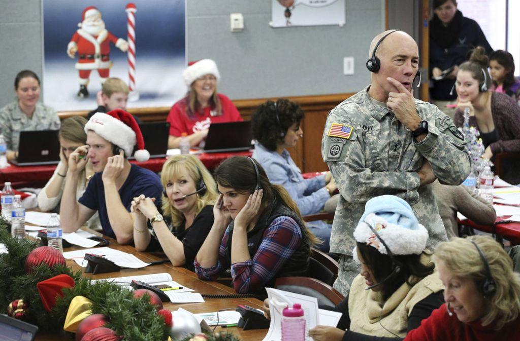 Die Mitarbeiter nehmen Anrufe von Kindern entgegen. Foto: AP