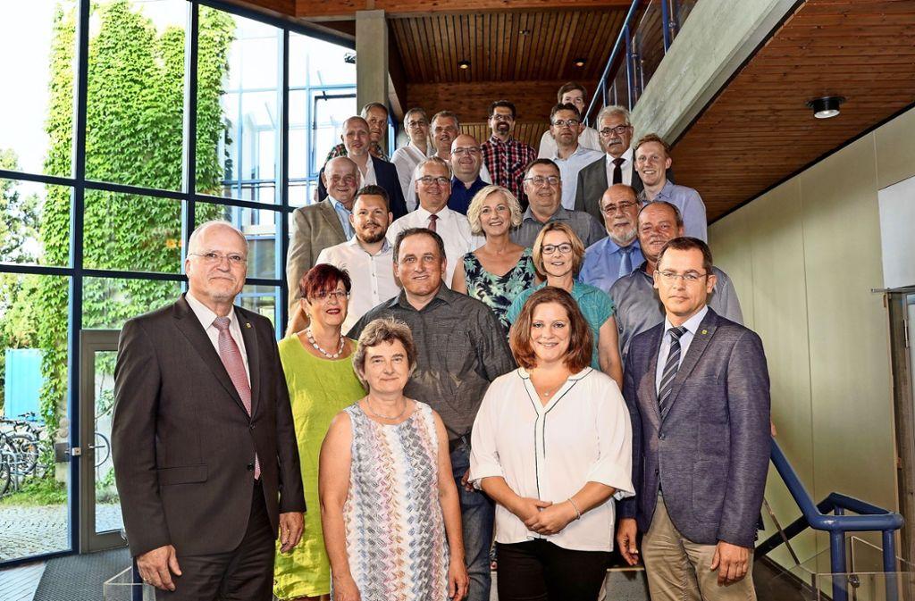 Der neue Gemeinderat mit Wolfgang Faißt (links) und dem Ersten Beigeordneten Peter Müller (vorne rechts). Foto: factum/