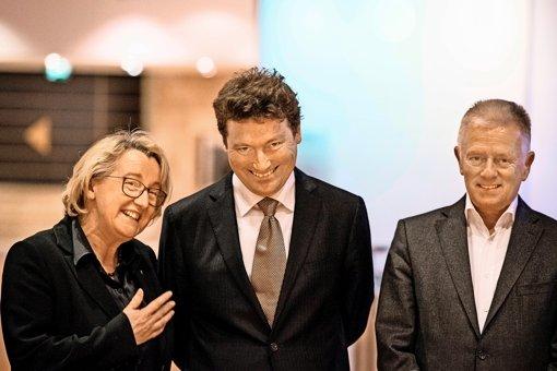 Freudige Erleichterung  bei Theresia Bauer und Fritz Kuhn    nach der Wahl des Opernchefs Viktor  Schoner (Mitte) Foto: Lichtgut/Leif Piechowski