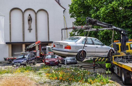BMW schanzt über Mauer und landet auf geparkten Autos