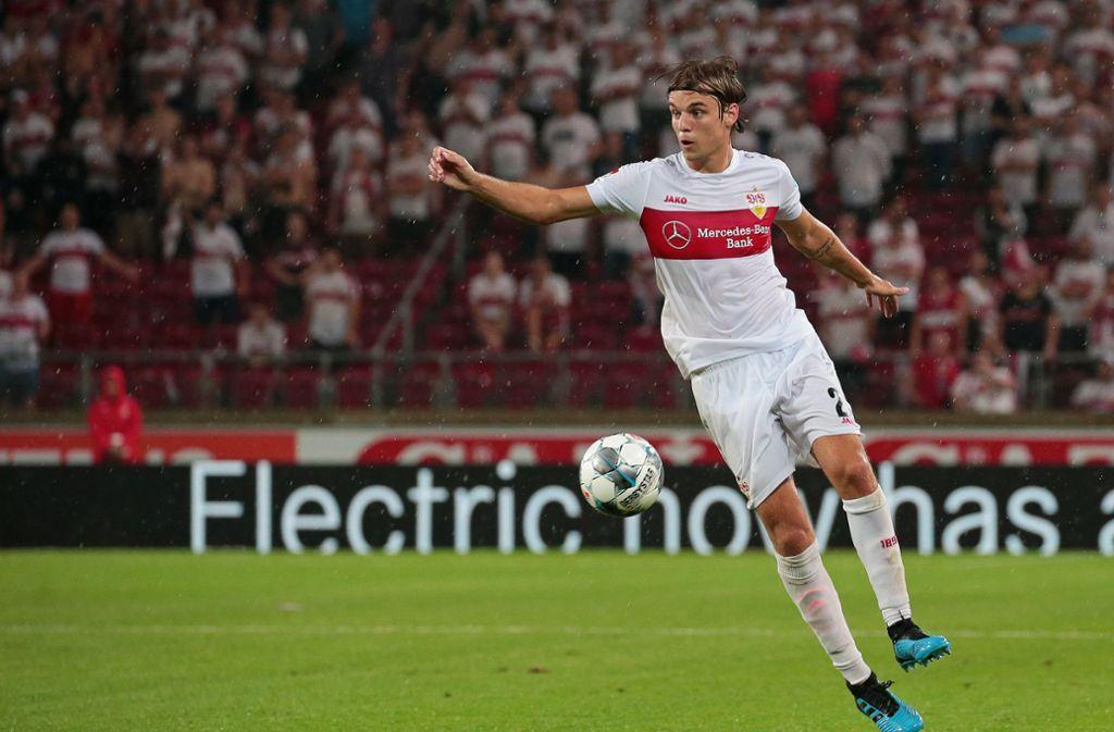 Borna Sosa vom VfB Stuttgart ist von den Fans begeistert. Foto: Pressefoto Baumann