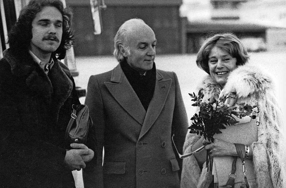 Sebastian Weingarten (links), sein späterer Adoptivvater  Gerhard Woyda und Schauspielerin Maria Schell 1981 vor der  Renitenz-Außenstelle, die sich im London Club des Hotels Stuttgart International befand. Foto: Renitenz