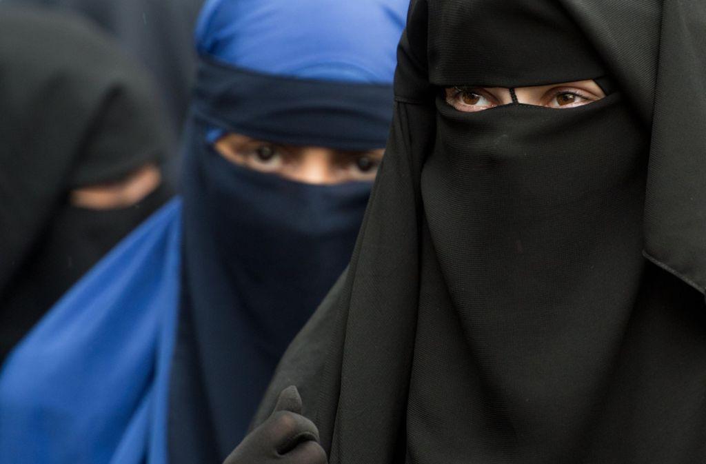 Vollverschleierte Frauen nehmen an einer Kundgebung des radikalen Salafistenpredigers Vogel teil. Foto: dpa