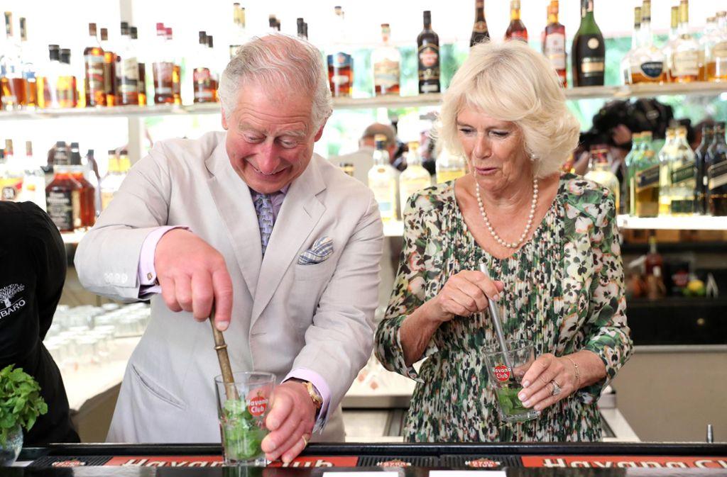 Bitte einmal kräftig stößeln: Prinz Charles und Camilla mixen in Havanna Mojito. Foto: Getty Images South America