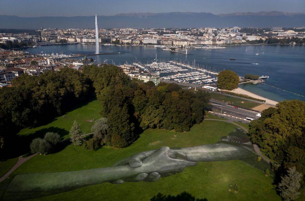 """""""Beyond Walls"""" heißt das Wiesen-Fresko von Saype, das einen Genfer Park schmückt. Foto: AFP/Fabrice Cofferini"""
