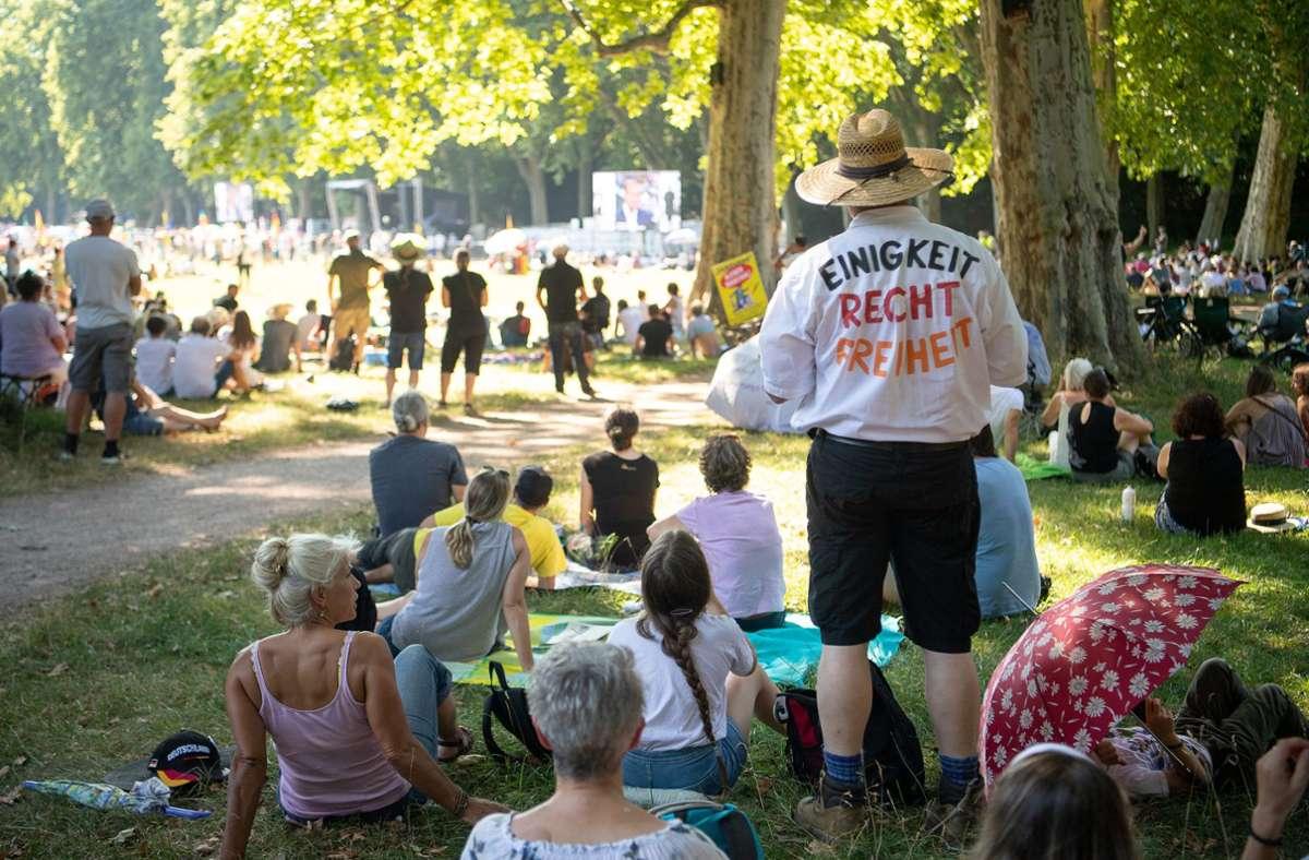 Florian Schroeder wurde auf die Querdenken-Demo nach Stuttgart eingeladen. Die Gelegenheit ließ er sich nicht entgehen. Foto: dpa/Sebastian Gollnow