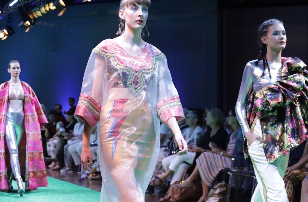 """Impressionen der   Fashionshow """"exuberance"""" des Abschlussjahrgangs der Staatlichen Modeschule Stuttgart in Fellbach. Foto: Patricia Sigerist"""