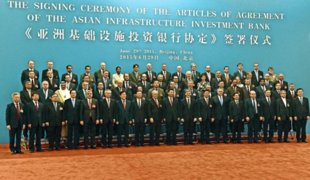 Vertreter von 50 Staaten haben die Gründungsurkunde der  asiatischen Infrastruktur-Investmentbank unterzeichnet – die USA und Japan engagieren sich nicht. Foto: dpa