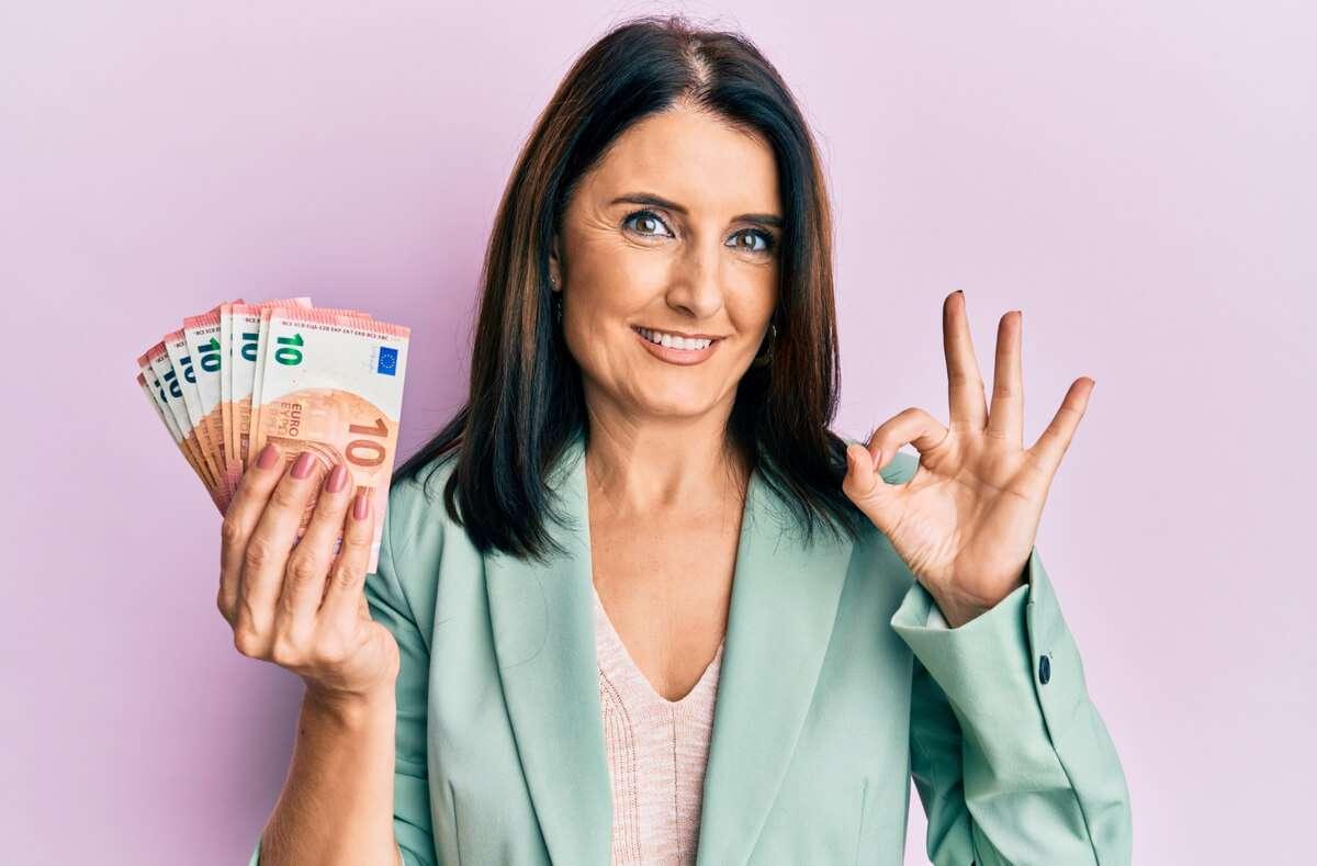 20, 50 oder 100 Euro? - Wie viel Geld ist als Geschenk bei der Kommunion angemessen? Mehr dazu im Artikel. Foto: Krakenimages.com / Shutterstock.com