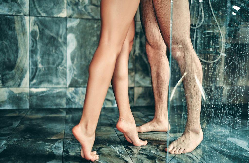 Sex unter der Dusche  – Claudia Huber erklärt, worauf man achten sollte, wenn man es wie im Film machen möchte. Und was so realitätsfern ist, dass man es im echten Leben auf jeden Fall sein lassen sollte. Die Dusche gehört noch zu den besseren Ideen – gesetzt, das Paar ist sportlich genug. Foto: stock.adobe.com/Vasyl
