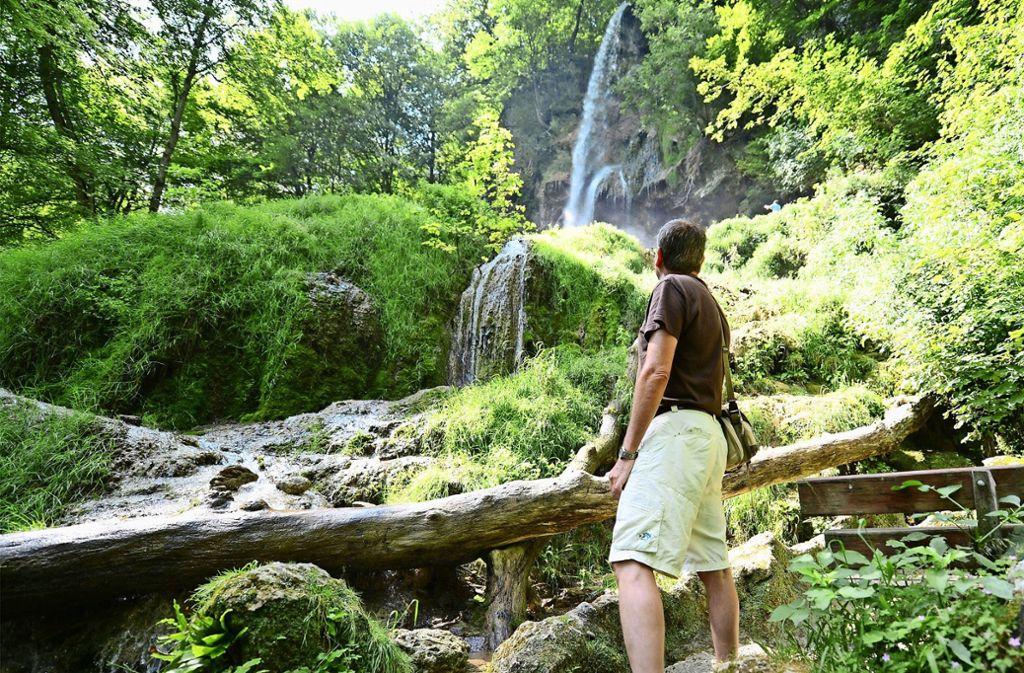 Wandern in Baden-Württemberg, wie hier am Uracher Wasserfall, steht derzeit hoch im Kurs. Foto: dpa/Franziska Kraufmann