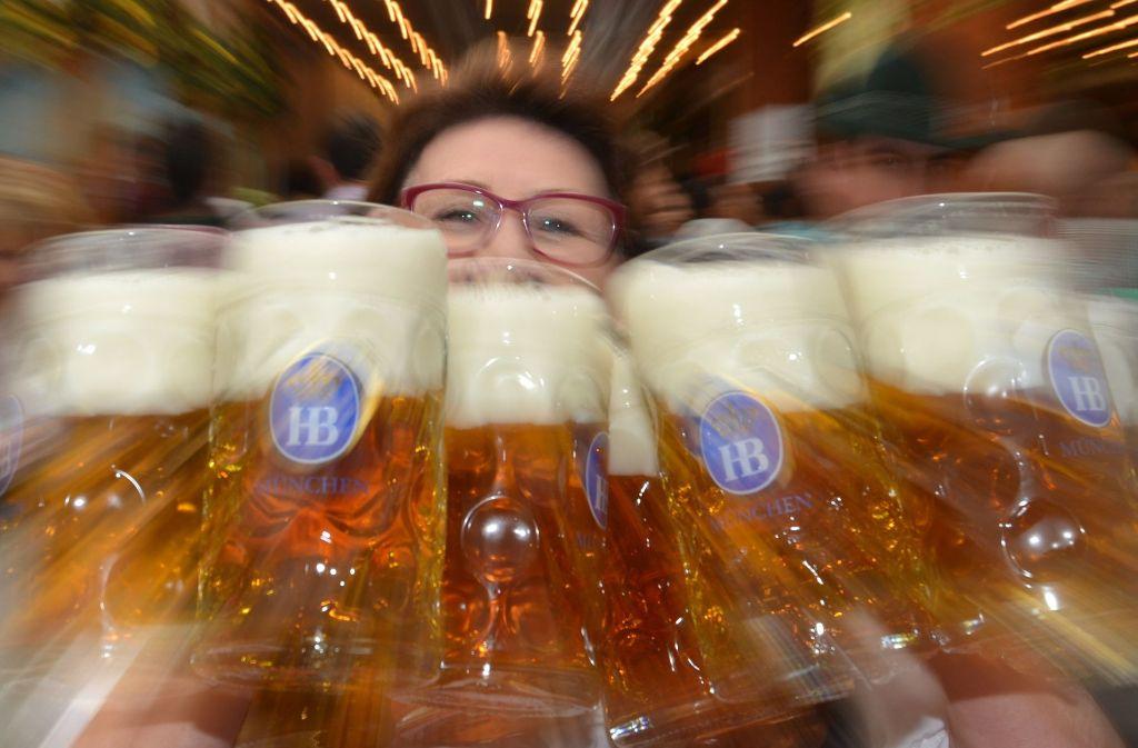 10,70 Euro für die kommenden drei Jahre pro Maß war der Vorschlag des Münchener Bürgermeisters. Doch der Stadtrat lehnte mehrheitlich eine Deckelung des Bierpreises ab. Foto: dpa