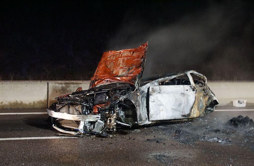 Das Auto  war aus zunächst ungeklärter Ursache im Bereich der Anschlussstelle Ehningen gegen die Mittelschutzplanke geknallt. Foto: SDMG/Dettenmeyer