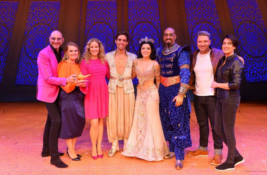 """Die Hauptdarsteller von Disneys Musical """"Aladdin"""" nach dem Schlussapplaus backstage mit prominenten Gästen. Foto: Stage Entertainment / Ben Pakalski"""