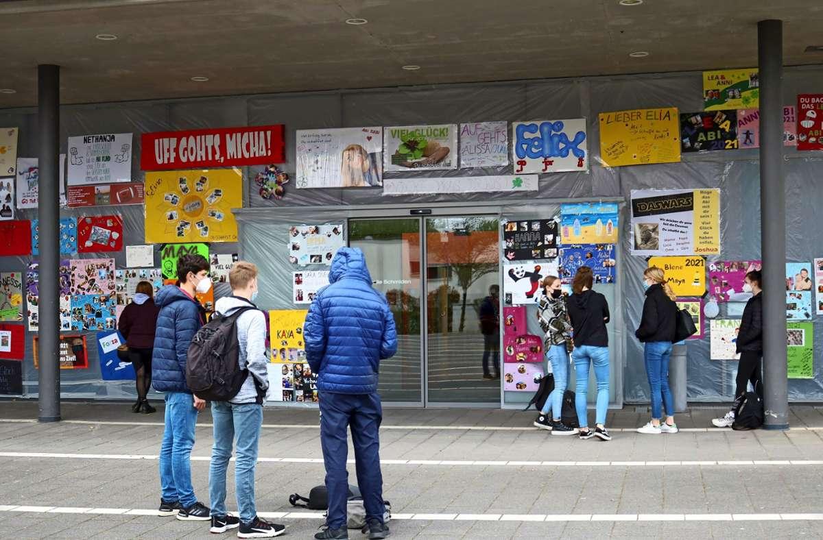 Plakate an der Festhalle in Schmiden  machen den Abiturienten Mut. Foto: Eva Herschmann